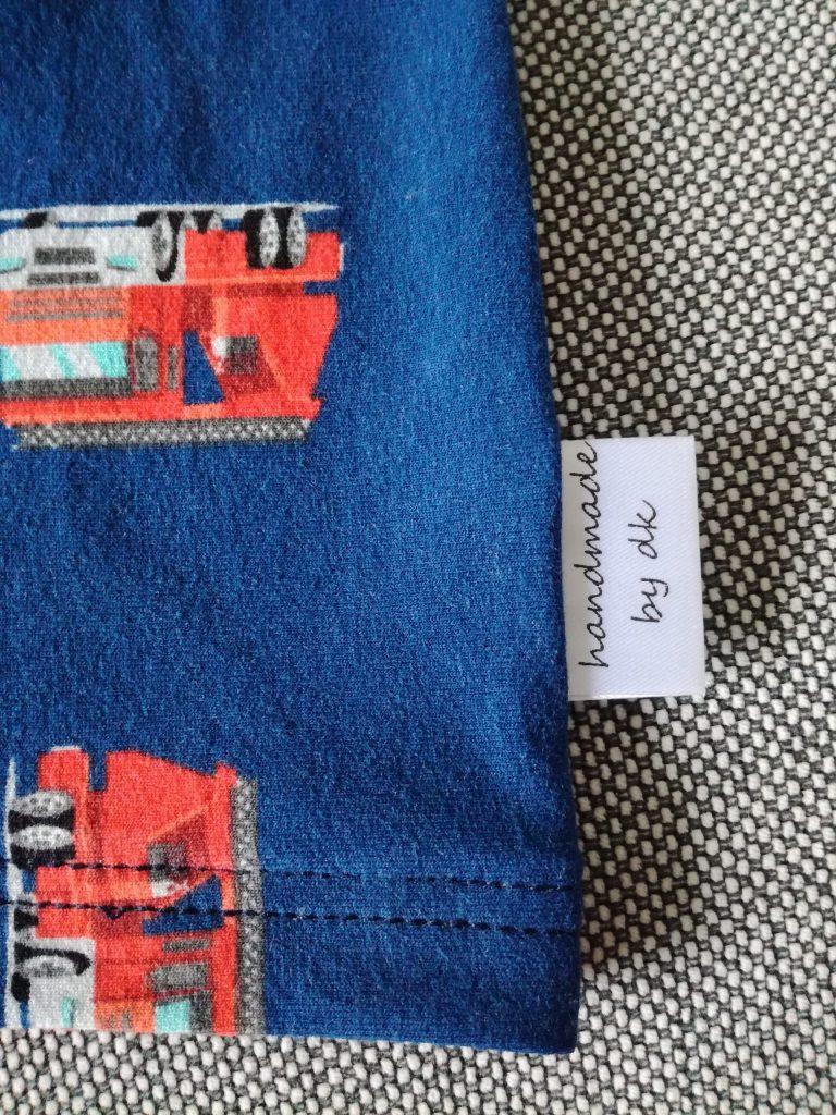 Individuelle Textiletiketten auf Satin, weiß